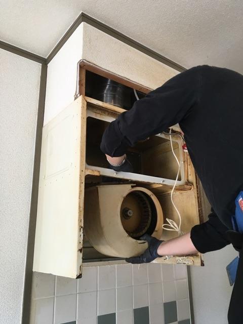 キッチン換気扇取替およびキッチンパネル貼り 施工中
