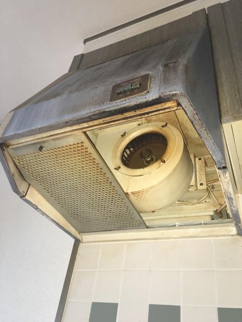 キッチン換気扇取替およびキッチンパネル貼り 施工前
