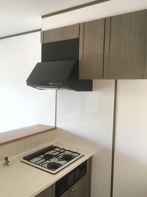 キッチン換気扇取替およびキッチンパネル貼り 施工後